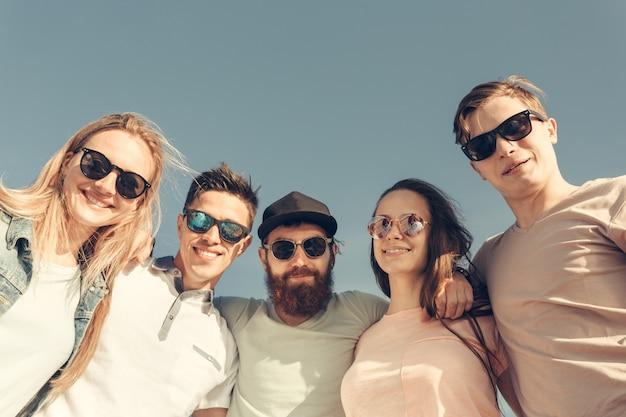 Glückliche junge leute gruppe viel spaß am strand
