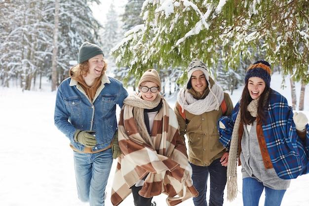 Glückliche junge leute im winterurlaubsort