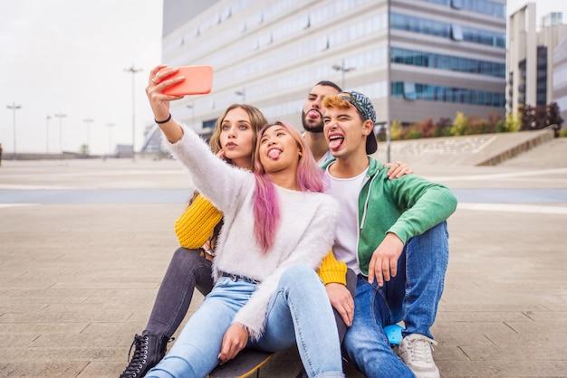 Glückliche junge leute treffen sich im freien
