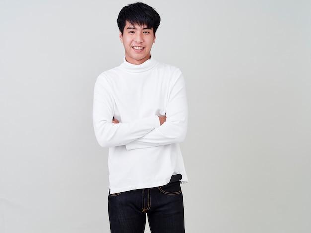 Glückliche junge männer tragen pullover