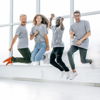 Glückliche junge mitarbeiter haben spaß im neuen büro