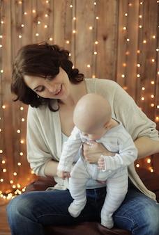 Glückliche junge mutter mit baby