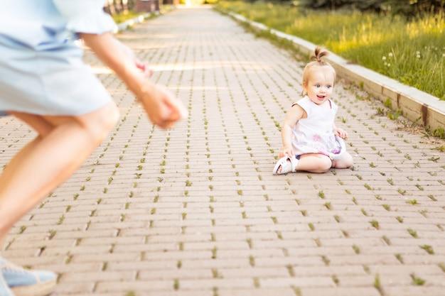 Glückliche junge mutter mit kleinem süßem baby