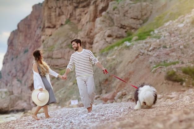 Glückliche junge paare, die flitterwochenreisefeiertage des strandspaßes im urlaub haben.