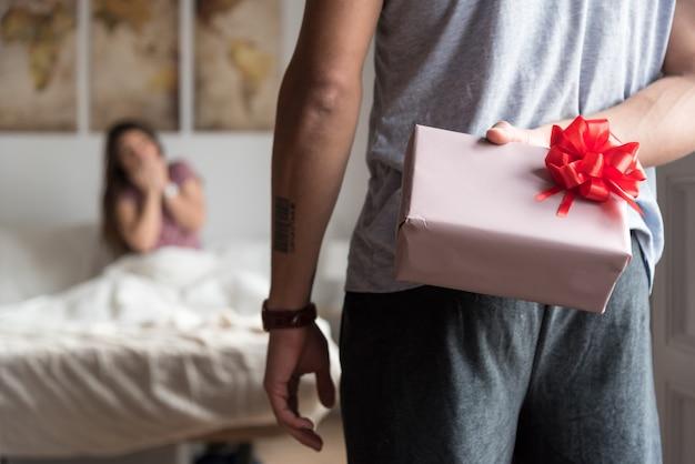 Glückliche junge paare in der liebe, die mit geschenken sich überrascht