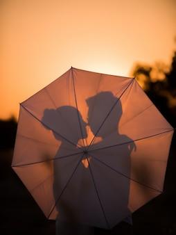 Glückliche junge paare in romance auf schöner landschaft des sommers