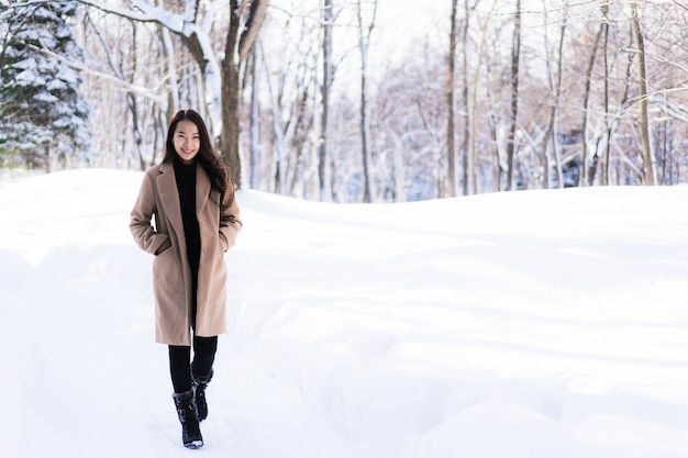 Glückliche junge reise des porträt-jungen schönen asiatischen frauenlächelns und genießen mit schneewintersaison