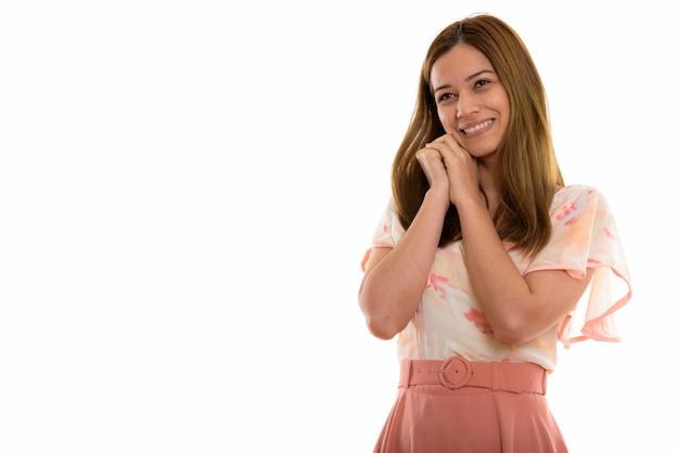 Glückliche junge schöne frau lächelnd und denkend