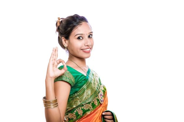 Glückliche junge schöne traditionelle indische frau im traditionellen saree