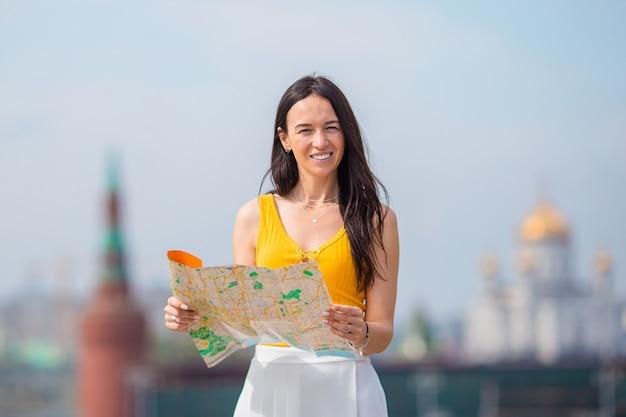 Glückliche junge städtische frau in der europäischen stadt.