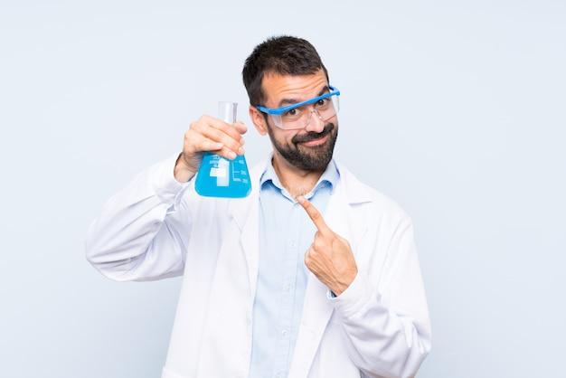 Glückliche junge wissenschaftliche haltene laborflasche