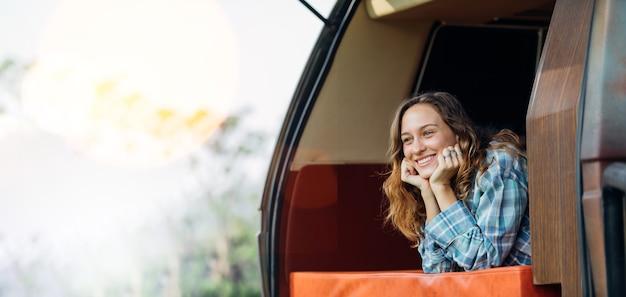 Glückliche kaukasische frau reisende menschen genießen natururlaub im auto