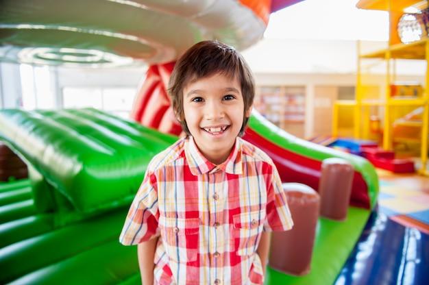 Glückliche kinder am innenspielplatz