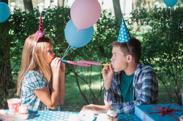Glückliche kinder an der geburtstagsfeier