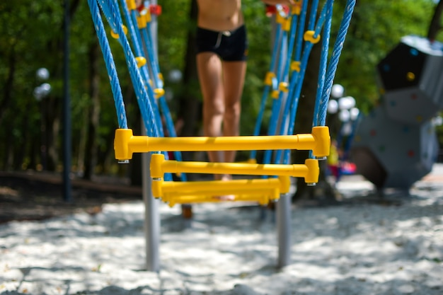 Glückliche kinder auf dem spielplatz, kinder in der natur im sommer. aktive spielerische ferien mit kindern.