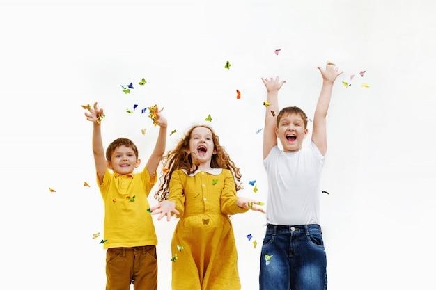 Glückliche kinder auf karnevalsparty.