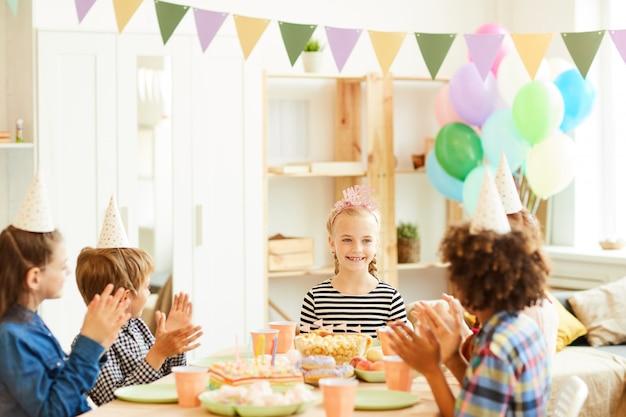 Glückliche kinder bei der geburtstagsfeier