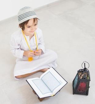 Glückliche kinder bereit zu ramadan