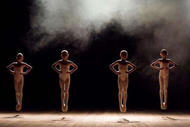 Glückliche kinder, die ballettsprung tun