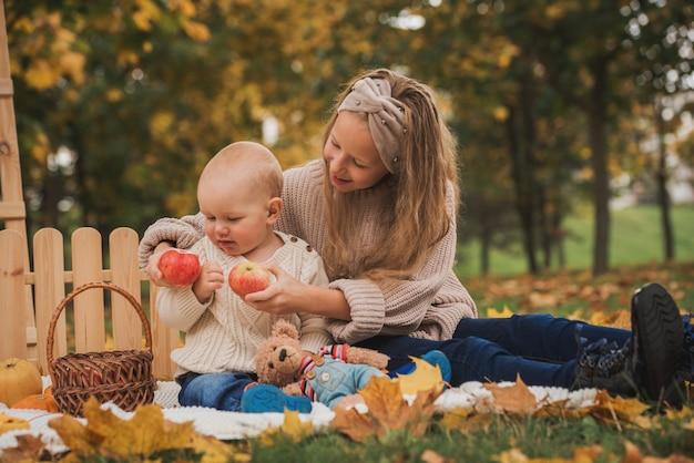 Glückliche kinder, die draußen auf einer decke sitzen
