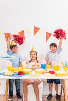 Glückliche kinder, die geburtstagsfeier feiern