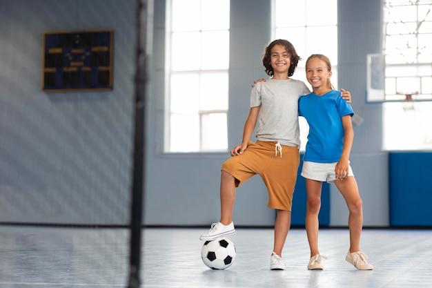 Glückliche kinder, die ihren sportunterricht genießen