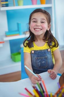 Glückliche kinder, die kunst und kunsthandwerk zusammen im schlafzimmer genießen