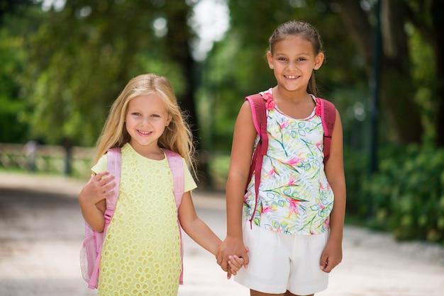 Glückliche kinder, die zur schule gehen