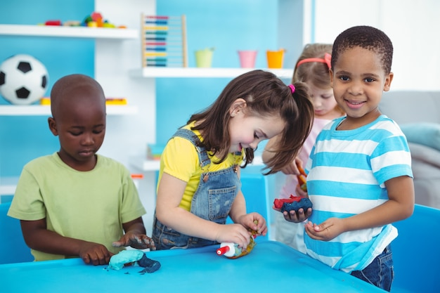 Glückliche kinder, die zusammen künste und handwerk genießen