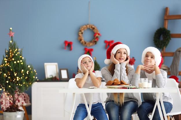Glückliche kinder essen im dekorierten weihnachtsraum