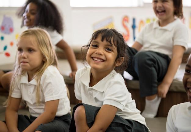 Glückliche kinder in der grundschule