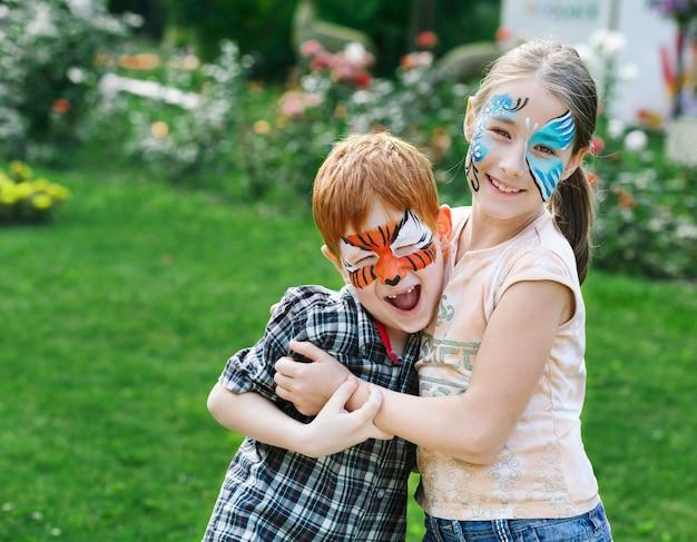 Glückliche kinder mit gesichtsbemalungen