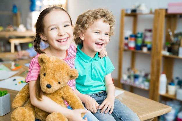 Glückliche kinder mit teddybär