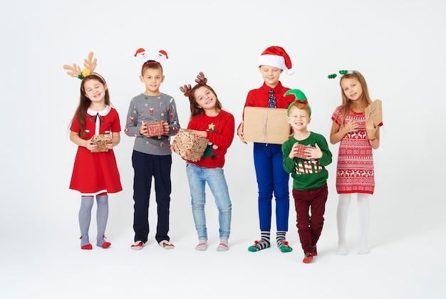 Glückliche kinder mit weihnachtsgeschenken