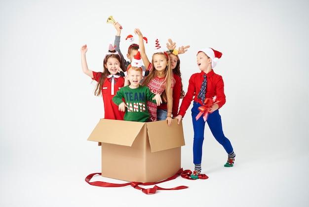Glückliche kinder sind das beste weihnachtsgeschenk