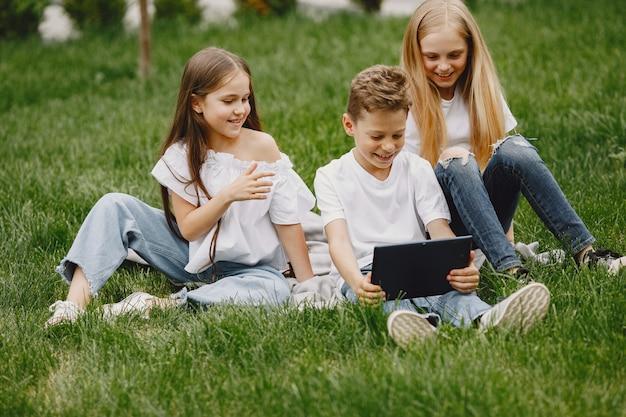 Glückliche kinder sitzen zusammen und lächeln