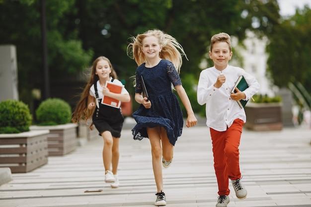 Glückliche kinder verbringen zeit miteinander in der nähe und lächeln