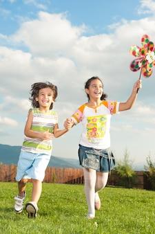 Glückliche kleine kinder, die reise genießen