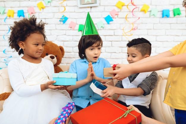 Glückliche kleine kinder feiern geburtstagsfeier