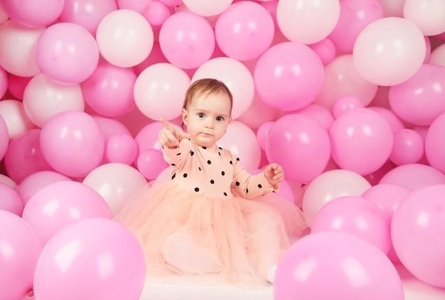 Glückliche kleine prinzessin an der rosa mädchenparty. erster geburtstag
