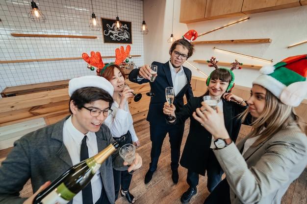 Glückliche kollegen im büro feiern ein besonderes ereignis