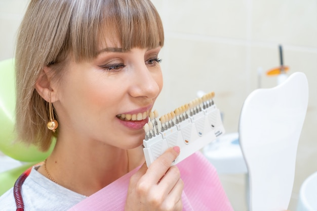 Glückliche kundin in der zahnheilkunde, zahnweißung