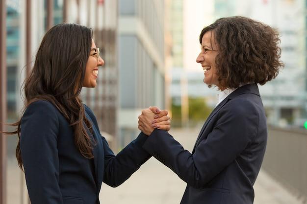 Glückliche lachende kollegen aufgeregt mit teamerfolg