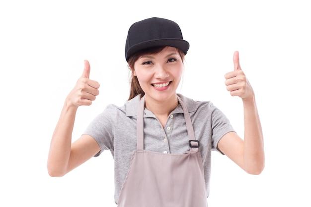 Glückliche, lächelnde arbeiterin, die zwei daumen hoch geste zeigt