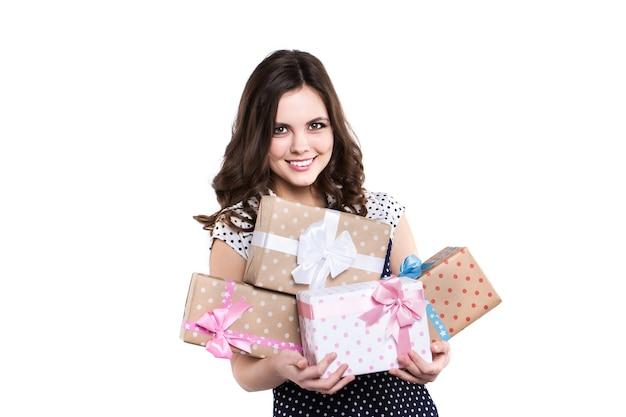 Glückliche lächelnde frau, die geschenkboxen hält. geschenk geben.