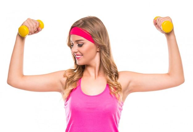 Glückliche lächelnde frau in der rosafarbenen sportkleidung.
