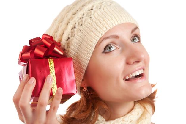 Glückliche lächelnde frau mit geschenk