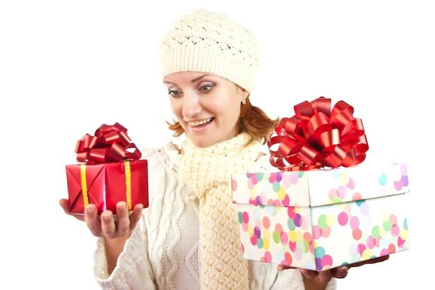 Glückliche lächelnde frau mit geschenken