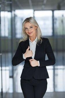 Glückliche lächelnde geschäftsfrau mit ok-handzeichen