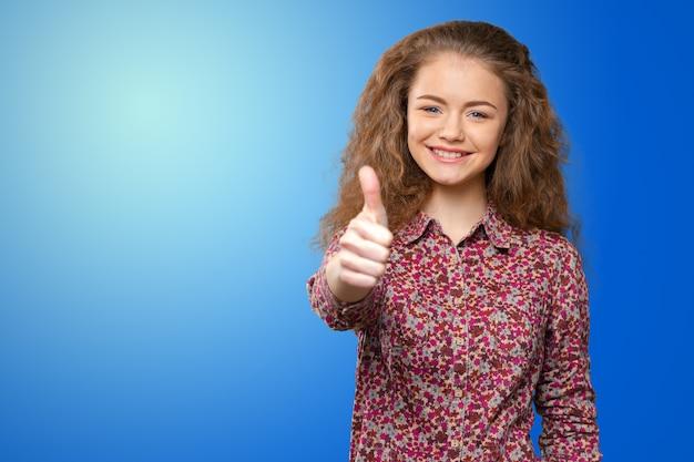 Glückliche lächelnde geschäftsfrau mit okayhandzeichen